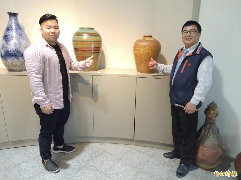 銅鑼窯由第二代的張世浩(右)交棒給兒子張維翰接手。(記者張勳騰攝)