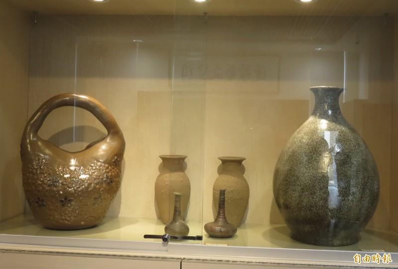 銅鑼窯三代作品展,作品豐富多元。(記者張勳騰攝)