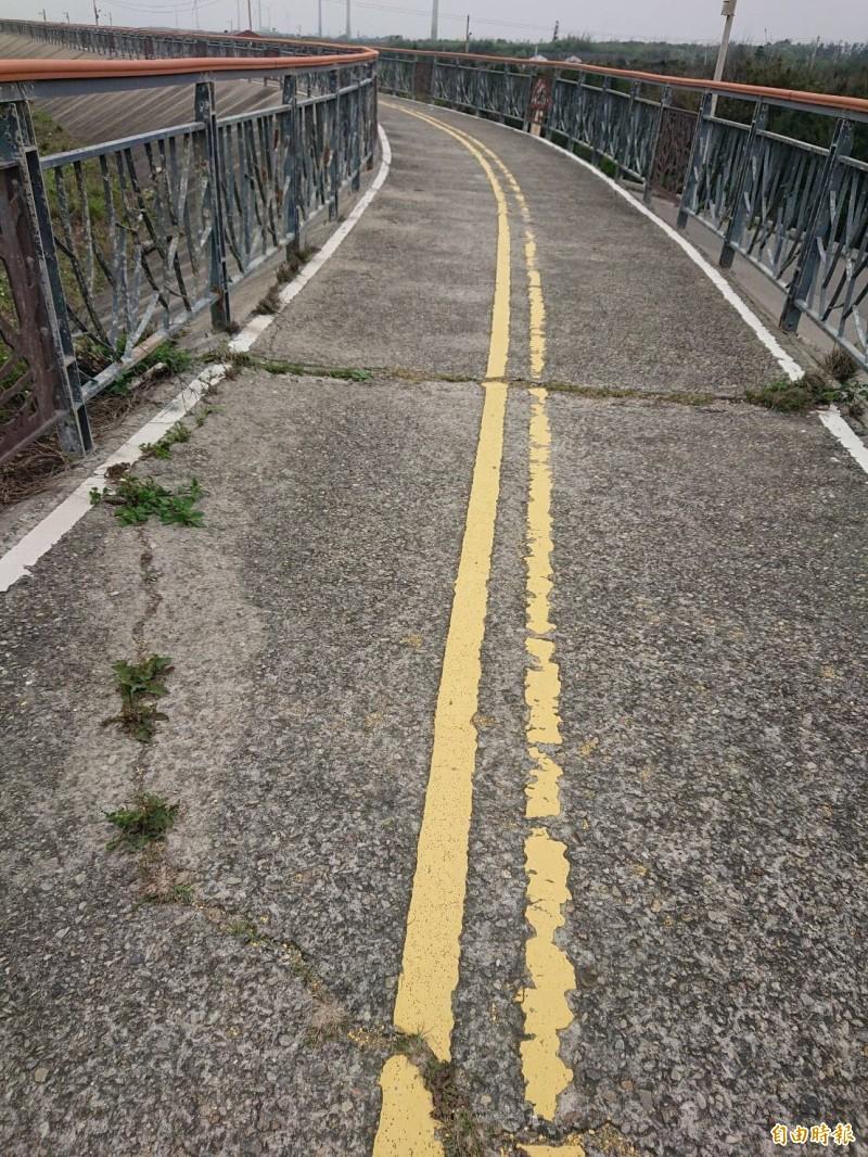 大甲大安自行車道沿線多處破損。(記者張軒哲攝)