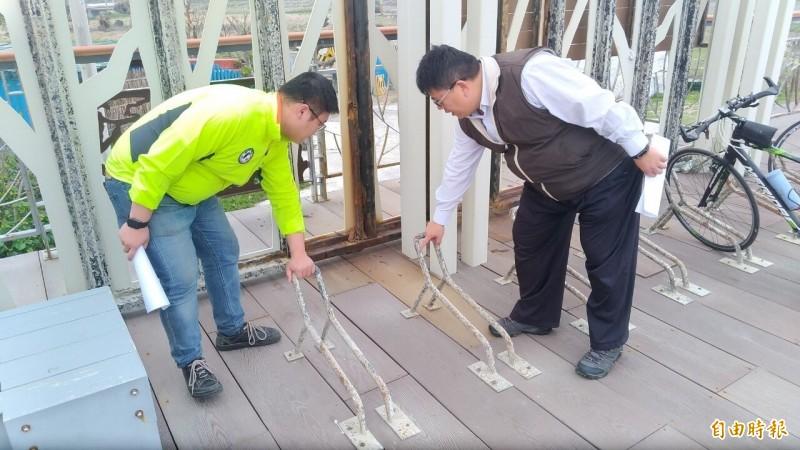 市議員施志昌(左)會勘大甲大安自行車道硬體設施。(記者張軒哲攝)