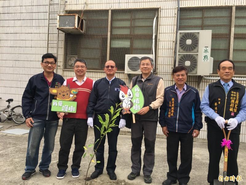 清海國中植樹活動,中市議長(左三)張清照親手種樹苗。(記者張軒哲攝)