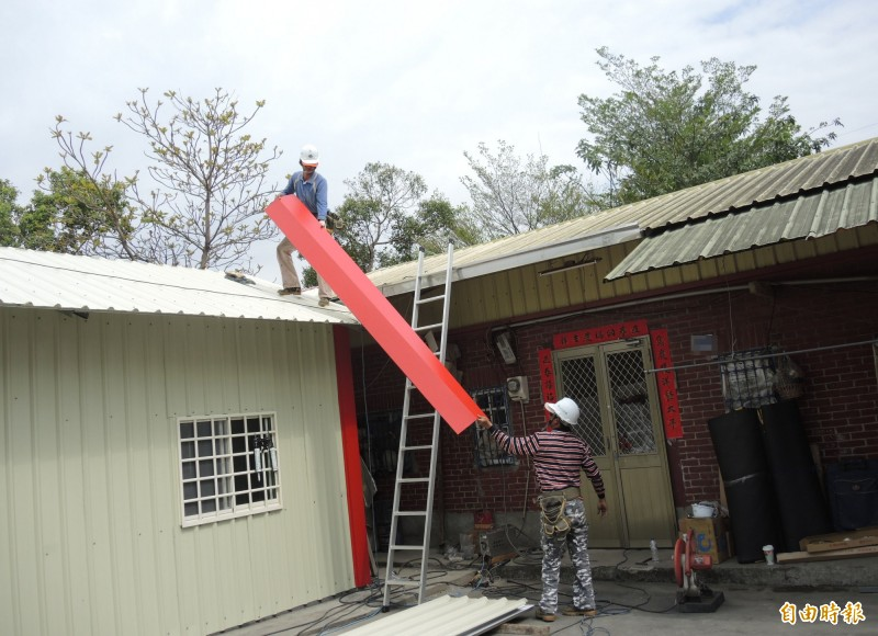 慈善團評估,在邱女娘家前方搭建一間無障礙空間的鐵皮屋,師傅們加緊趕工。(記者陳冠備攝)