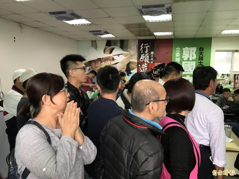 支持者湧入郭國文總部,關心開票情形(記者吳俊鋒攝)