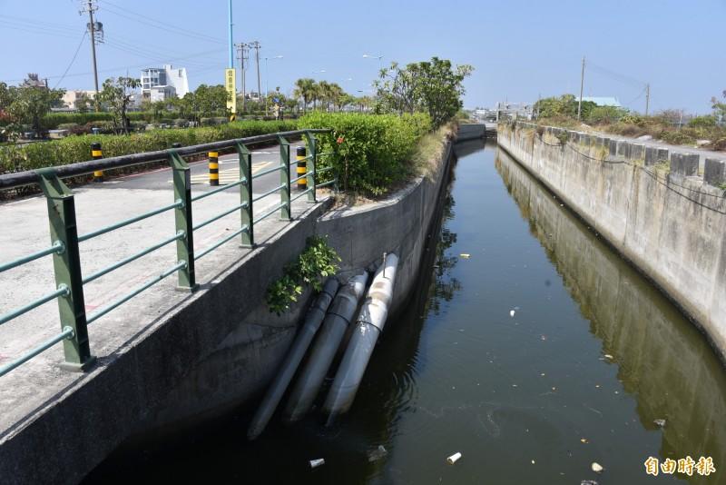 大鵬灣大排的水管架設在堤岸旁(記者葉永騫攝)