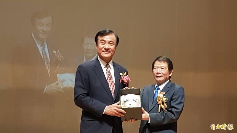 立法院長蘇嘉全(左)稱讚扶輪3470地區總監賴進發(右)帶領社友投身公益,為社會帶來溫暖。(記者丁偉杰攝)