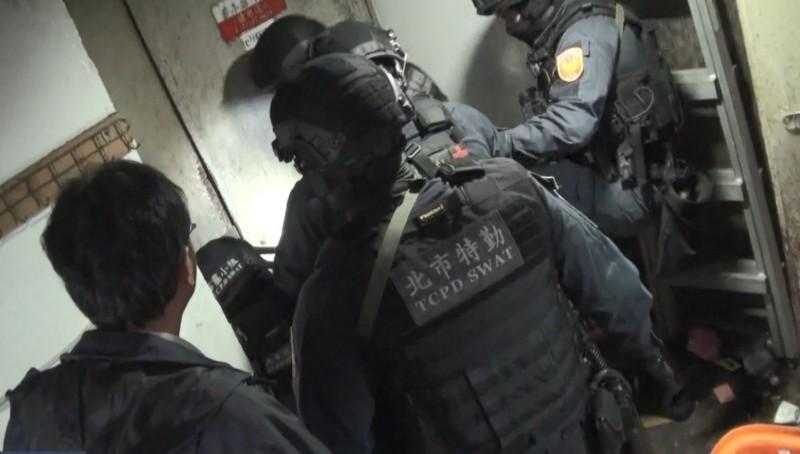 北市刑大特勤人員攻堅破門進入酒店查緝。(記者劉慶侯翻攝)
