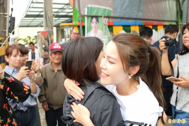 落選後,陳筱諭也與媽媽郭秀珠互相安慰擁抱。(記者萬于甄攝)