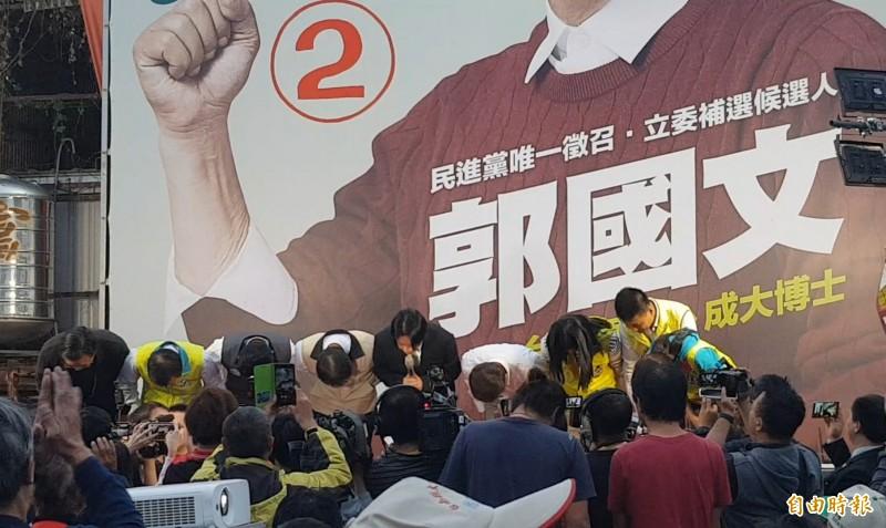 台南立委補選由郭國文勝選,前行政院長賴清德表示,大家守護民主的決心,贏得最後的勝利,數度鞠躬表達感謝。(記者王涵平攝)