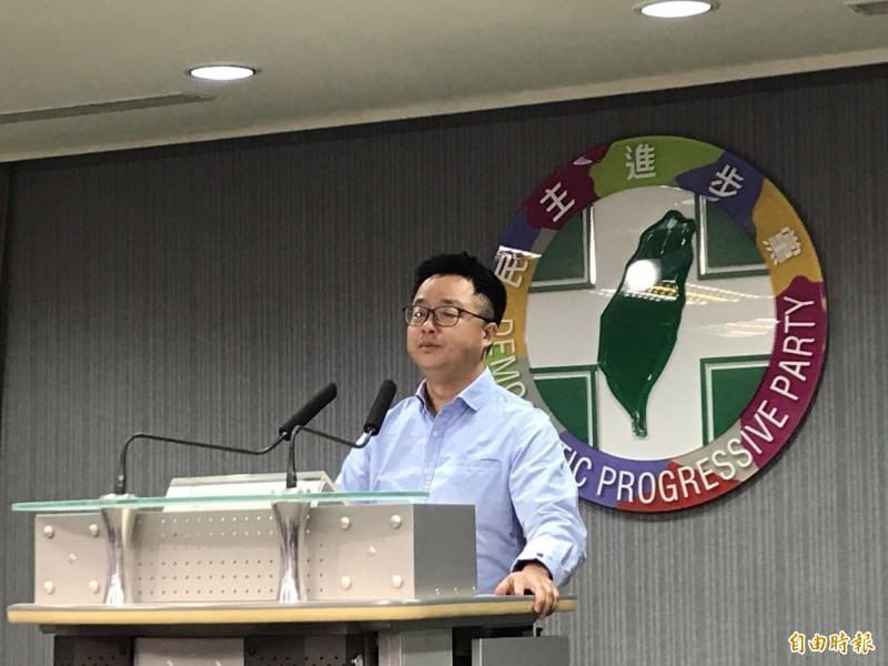 民進黨今天晚間召開記者會,秘書長羅文嘉針對立委補選結果發表談話並且接受媒體訪問。(記者蘇芳禾攝)