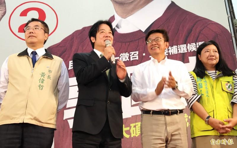 被視為輔選最大功臣的前行政院長賴清德(左2),到場向民眾致謝。(記者吳俊鋒攝)