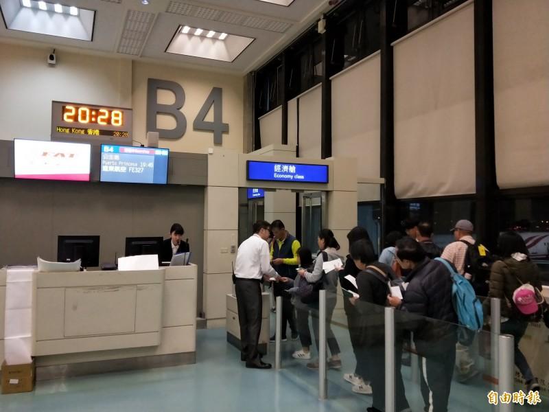 遠航巴拉望班機原本預計下午15點30分從桃園機場起飛,但一直到晚間8點28分才開始登機。(讀者提供)