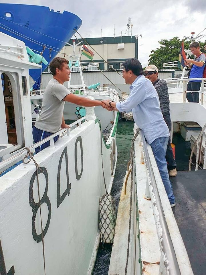 潘孟安(右)到模里西斯了解遠洋漁民生活。(取自潘孟安臉書)