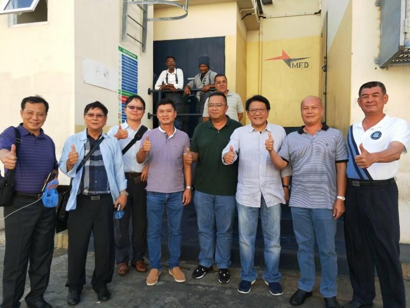 潘孟安(右3)到模里西斯關心遠洋漁業。(取自潘孟安臉書)