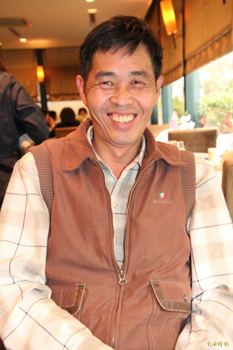 48歲廖双台露齒展現燦爛的笑容,但在笑容之後,卻是有段極度艱辛的過去!他露出的上排牙齒就是因吃了太多苦,全部掉光,現都是假牙。(記者黃美珠攝)