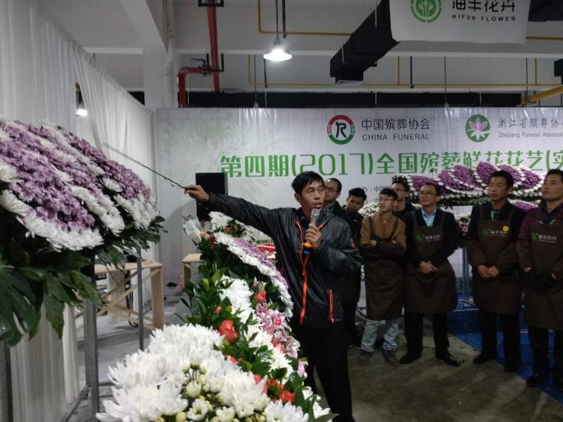 由新竹地檢署法醫楊敏昇所號召成立的「CRT(遺體修復)專業團隊」,廖双台(前左)就是該團隊的花藝講師兼遺體修復助手。(圖由楊敏昇提供)