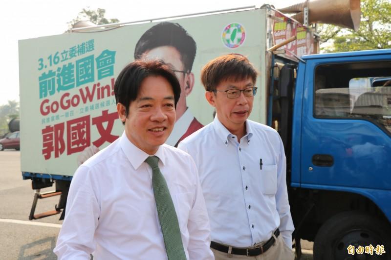 前行政院長賴清德(左)今早陪同立委當選人郭國文謝票,面對媒體追問下一步,會先好好謝票。(記者萬于甄攝)