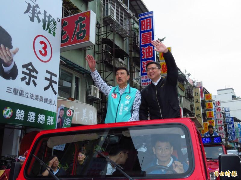 民進黨主席卓榮泰今天早上陪同新北市第三選區(三重)立委當選人余天車隊謝票。(記者陳心瑜攝)