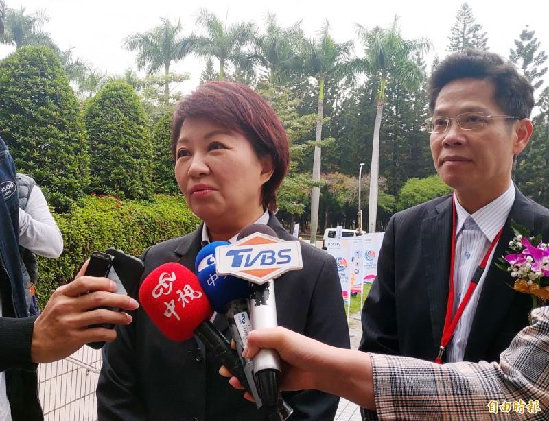 台中市長盧秀燕(左)談總統選舉國民黨內初選,強調候選人必須具備2個條件。(記者張菁雅攝)