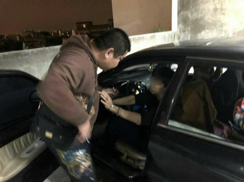 楊梅警方跟隨行動販毒車大賣場停車場收網逮人,查獲市價10萬元毒品。(記者李容萍翻攝)