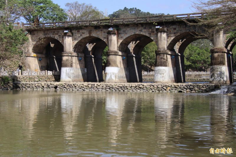 新竹縣縣定古蹟東安橋上方的中山東路護欄年久失修,計畫近期發包拆除重建。(記者黃美珠攝)