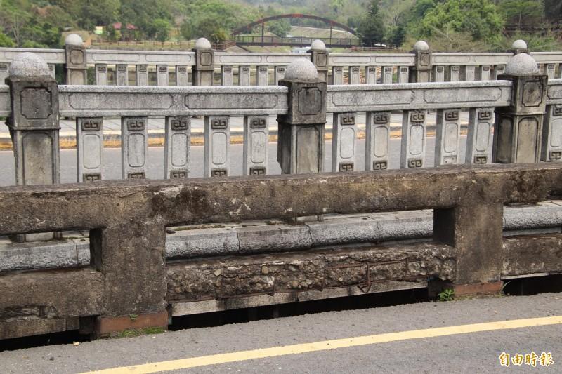 圖前是新竹縣東安古橋的護欄,後方則是東安新橋的護欄,2者間有高度差,公所的拆除古橋護欄重建計畫,打算消除這段差距。(記者黃美珠攝)