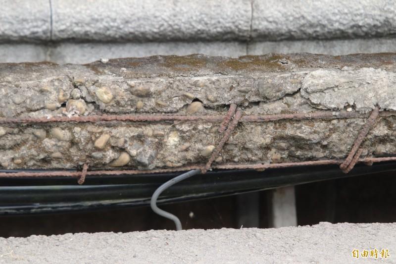 新竹縣關西東安古橋的護欄確實處處可見裸露的鋼筋。(記者黃美珠攝)