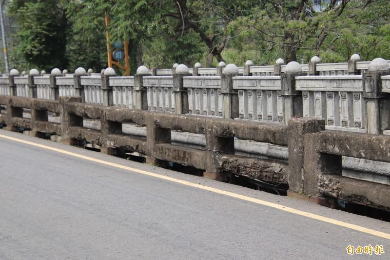新竹縣政府文化局表示,修復古蹟舉世都存在著到底要「從舊」?還是「如新」的爭執。但基於橋樑存在的首要價值就是安全,所以他們支持公所拆除東安古橋護欄(圖前)的重建計畫。(記者黃美珠攝)