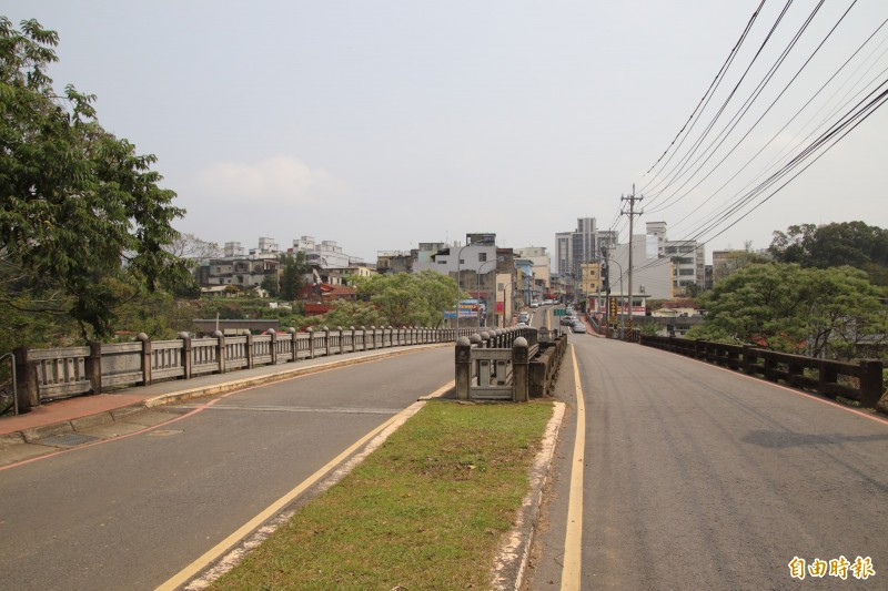圖右是新竹縣縣定古蹟東安古橋,圖左是2003年新建的新橋,2者並立在牛欄河上,新舊都美。(記者黃美珠攝)