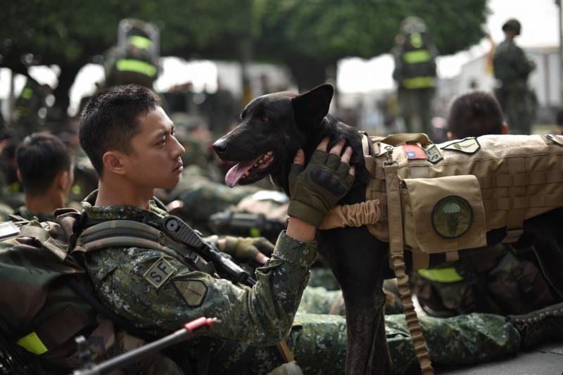 特戰官兵濱海要地行軍  這位「下士」萌翻了