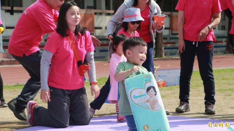 七賢脊椎外科醫院舉辦院慶運動會,安排七賢寶寶搬尿布比賽。(記者方志賢攝)