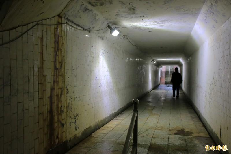 竹南鎮連結環市路及自強路的南側人行地下道,昏暗潮濕,猶如恐怖電影場景。(記者鄭名翔攝)