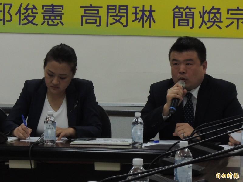 高雄市議員簡煥宗(右)發連署,要求訴求NCC主委下台、與訂法防止假新聞。(記者王榮祥攝)