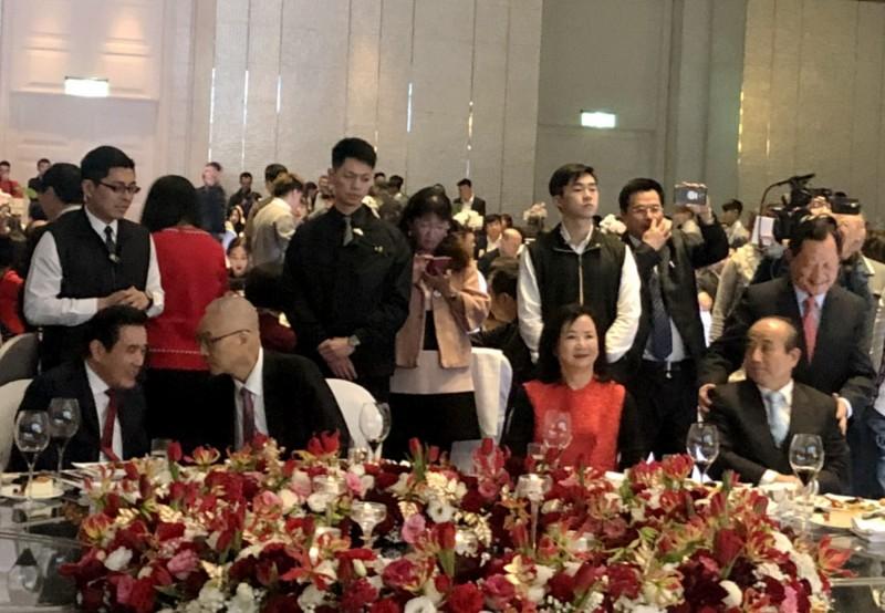 前總統馬英九(左1)與國民黨主席吳敦義(左2)專心在交談,引起前立法院長王金平(右1)注意。(讀者提供)
