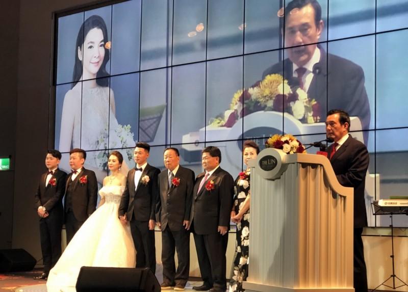 鎮瀾宮董事長顏清標(右3)為次子顏仁賢(左4)和媳婦黃子涵(左3)補辦婚宴,前總統馬英九(右1)致詞祝福兩位新人。(讀者提供)