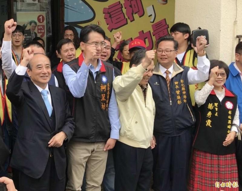 王金平(左)與彰化立委補選新科立委柯呈枋(左2)等人高喊:「王總統凍蒜!」(記者湯世名攝)