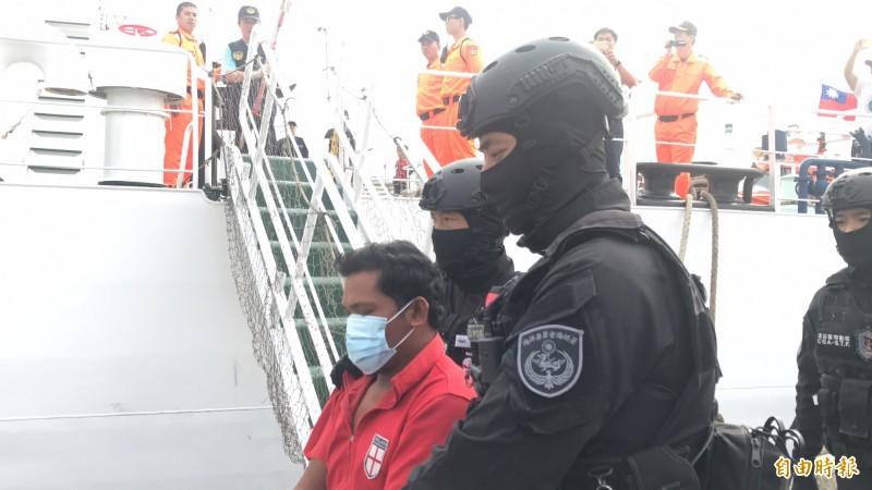 菲籍兇嫌Paul Aurelio被特勤人員押下船。(記者洪臣宏攝)