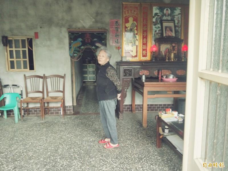 前行政院長賴清德的新北市萬里老家目前無人居住,住在周邊的親戚定期前來打掃;圖為賴清德老家隔壁鄰居的老阿嬤。(記者俞肇福攝)