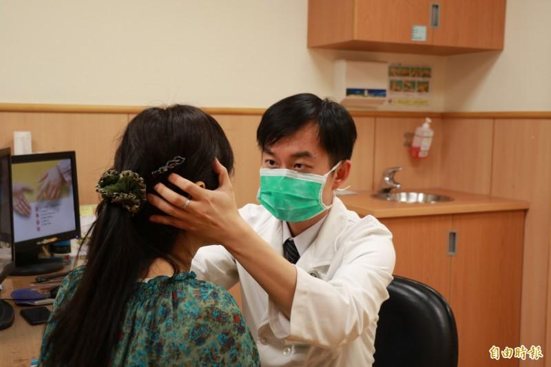 台中慈濟醫院神經內科醫師張滋圃表示,「持續性姿勢--知覺性頭暈」是新分類疾病。(記者歐素美攝)