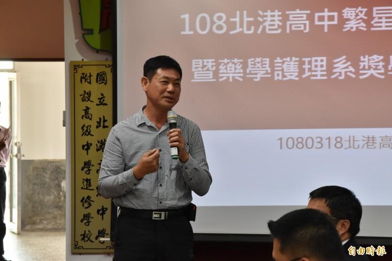 當年為減輕家裡經濟壓力,北港高中校友王文煇放棄升大學,他捐獎學金鼓勵學弟妹讀書翻轉人生。(記者黃淑莉攝)
