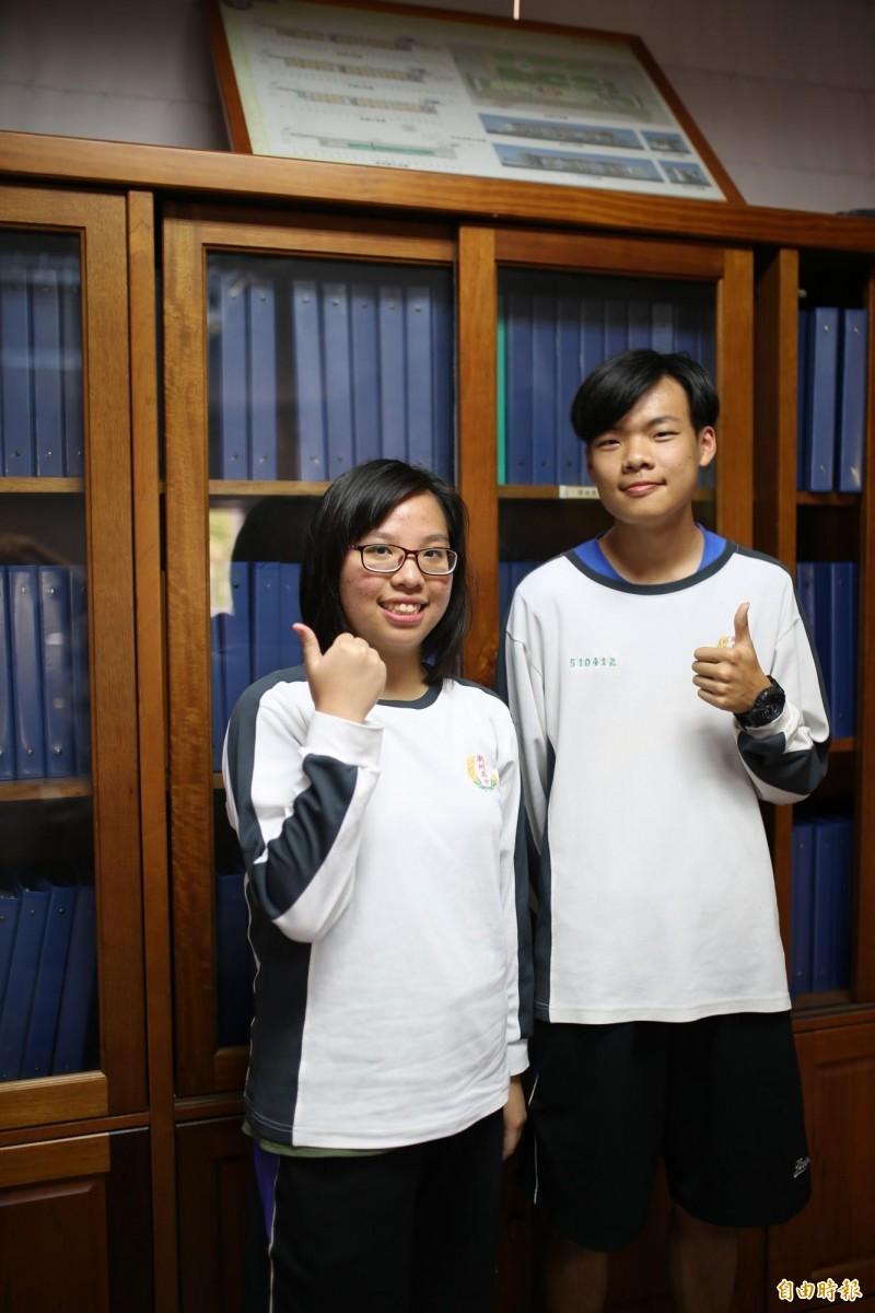 錄取台大法律系的戴寧(左)、通過陽明醫學第一階段的賴金承(右)。(記者邱芷柔攝)
