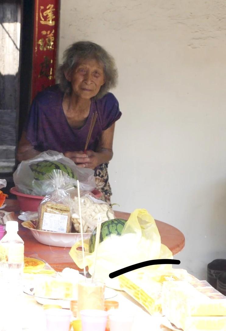 84歲阿嬤謝何綢,因長期剖蚵加上年紀已大,已有5、6年嚴重駝背無法站直。(民眾提供,記者林宜樟翻攝)