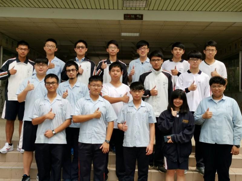 嘉義高中有十四人上榜、四人通過各校醫學系一階。(嘉中提供)