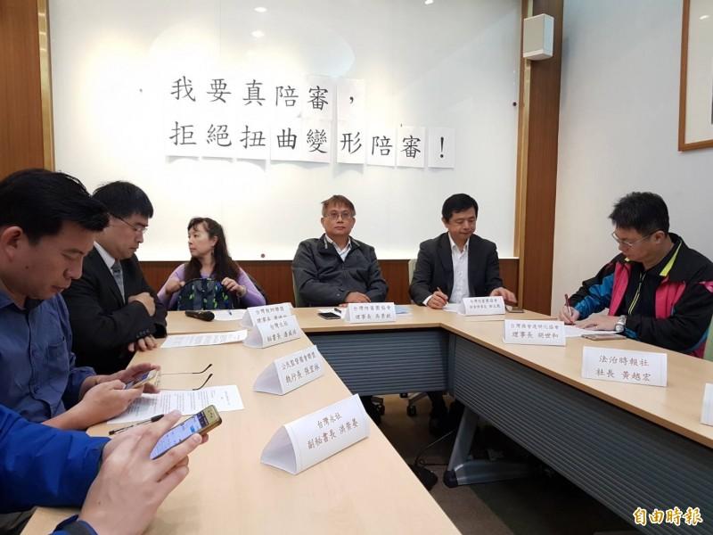 台灣陪審團協會今召開「我要真陪審,拒絕扭曲變形的陪審」記者會,包括協會理事長吳景欽(右三)、創會理事長鄭文龍(右二)等多人與會。(記者謝君臨攝)