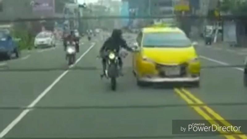 計程車不斷逼車,邱姓大學生拍打引擎蓋示警。(記者張瑞楨翻攝)