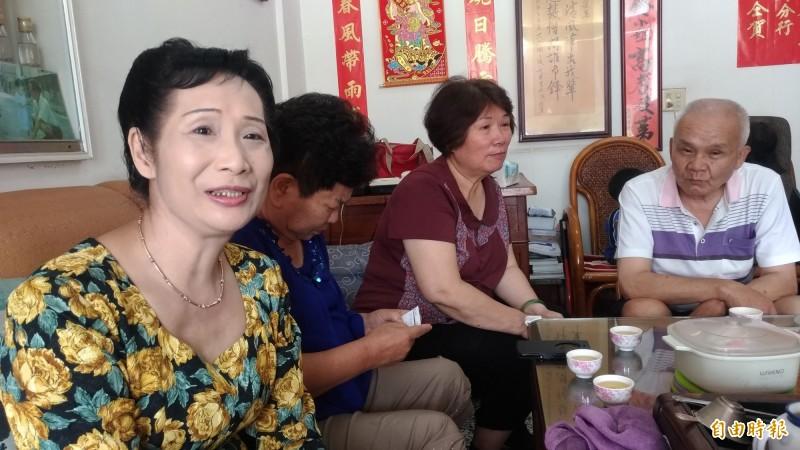 顏麗葉(左)獲選六房媽過爐明年度值年爐主,家中賀客不斷。(記者廖淑玲攝)