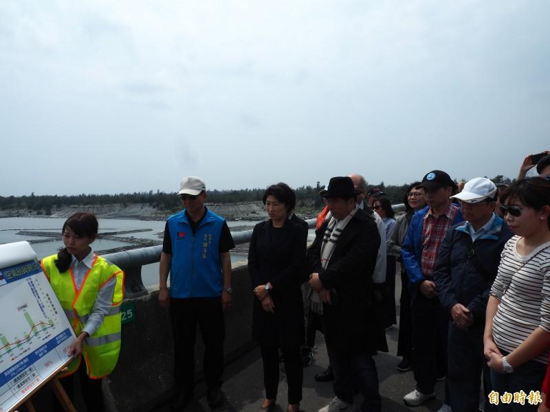 新北市議會考察團今天實地走上中華大橋,了解卑南溪水覆蓋揚塵防治工程。(記者王秀亭攝)