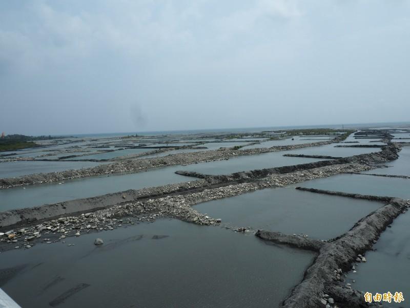 台東縣環保局在卑南溪口的水覆蓋工程,常讓外地民眾誤以為是魚塭,實際上不養魚,只作為揚塵防治之用。(記者王秀亭攝)