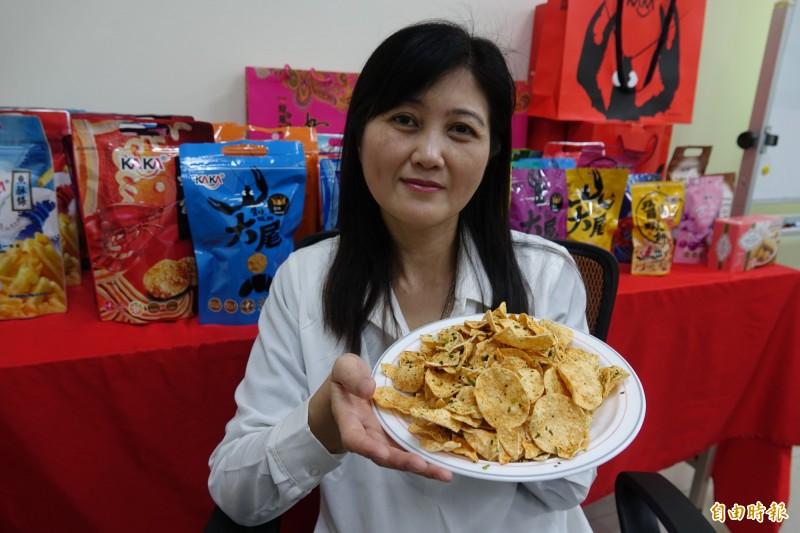 走過失婚背夫債的創業歲月,吳桂雲用泡泡蝦餅走出一片天。(記者劉曉欣攝)