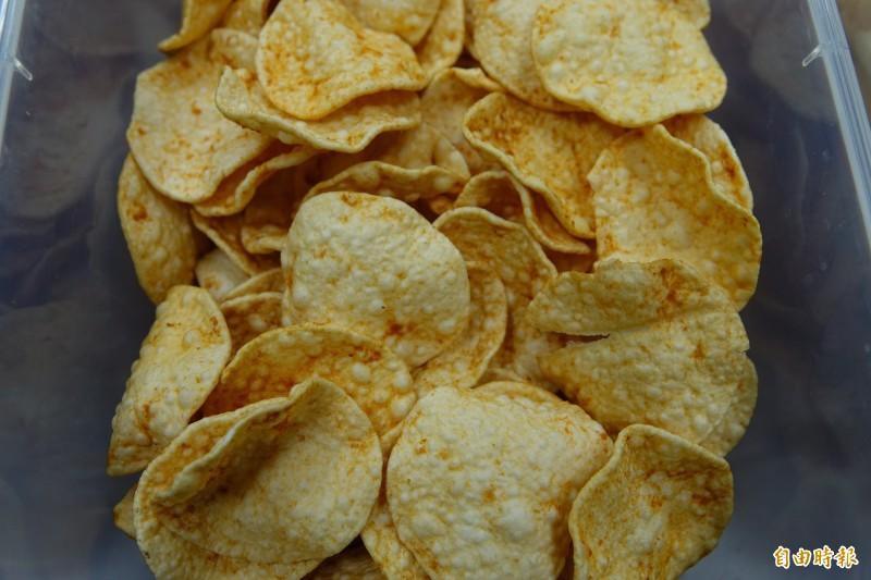吳桂雲改良印尼蝦餅,原本因為有泡泡,還曾被嫌醜得像是豬頭皮。(記者劉曉欣攝)