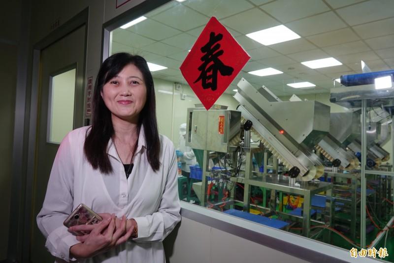 為了反擊團購人氣蝦餅沒有工廠登記證的批評,吳桂雲到彰化線西設廠,開生產線。(記者劉曉欣攝)